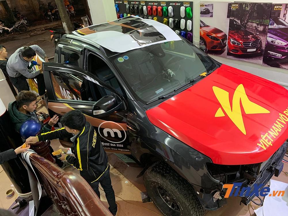 Chiếc xe của diễn viên Hồng Đăng đang được dán những hình ảnh cổ vũ đội tuyển Việt Nam.