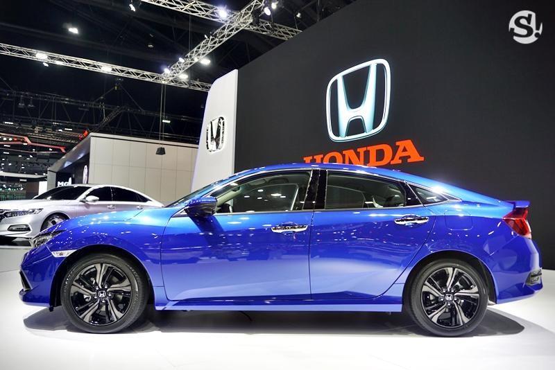 Bên sườn Honda Civic 2019 bản 1.5 xuất hiện bộ vành hợp kim 17 inch