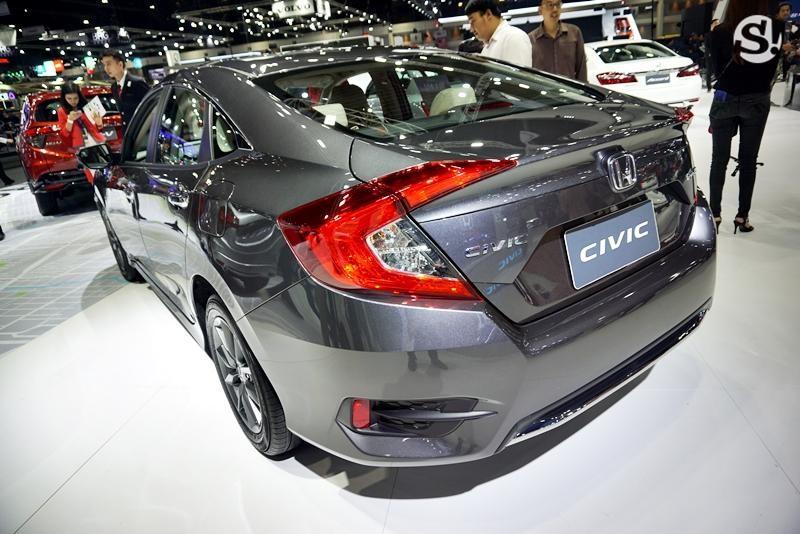 Đằng sau Honda Civic 2019 chỉ có thêm thanh mạ crôm trên cản trước