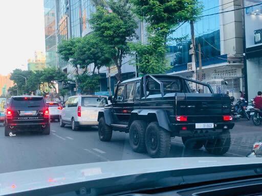 Mercedes-Benz G63 AMG 6x6 chẳng khác gì gã khổng lồ khi di chuyển trên đường phố Campuchia