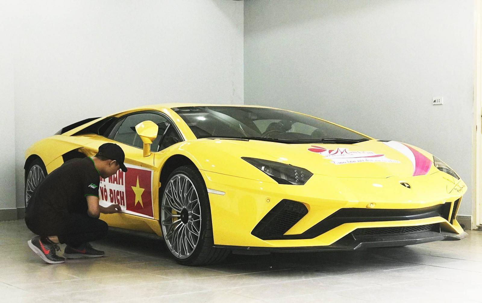 Chiếc Lamborghini Aventador S LP740-4 được dán băng rôn tại nhà chủ nhân