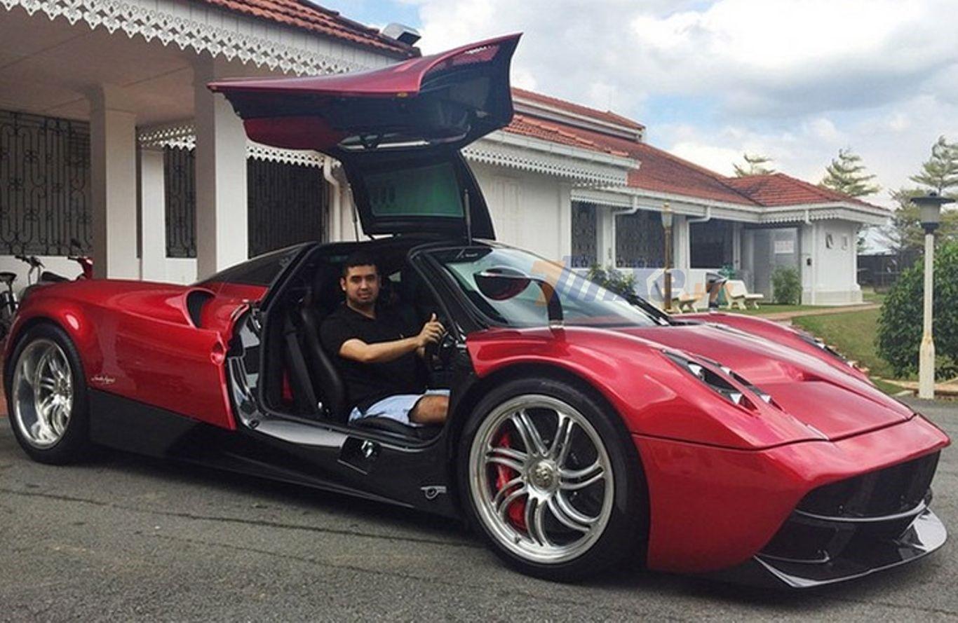 Và chiếc ở Malaysia có ngoại thất sơn đỏ