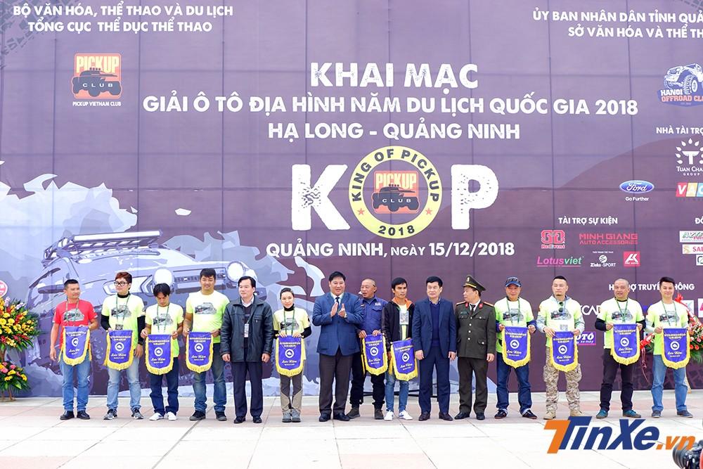 Ban tổ chức trao kỷ niệm chương cho các vận động viên tham dự KOP2018.