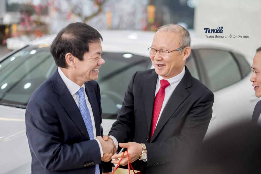 Hình ảnh ông Trần Bá Dương trao tặng chiếc Kia Optima cho ông Park Hang Seo vào hồi tháng 2/2018