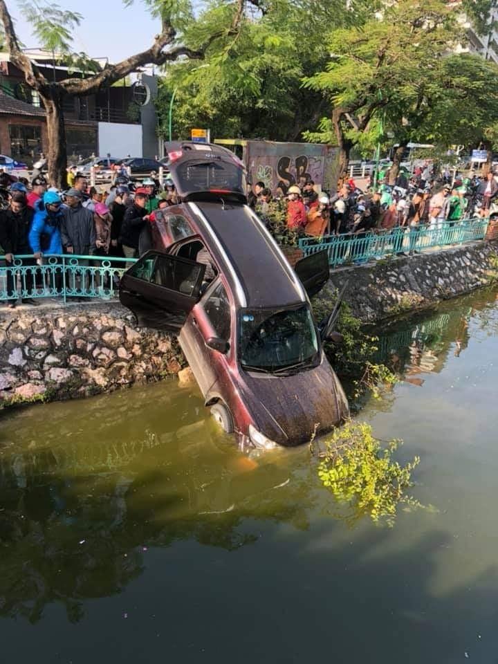 Chiếc Hyundai Santa Fe cắm đầu xuống hồ Trúc Bạch