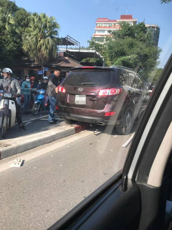 Chiếc Hyundai Santa Fe nằm trên dải phân cách giữa đường