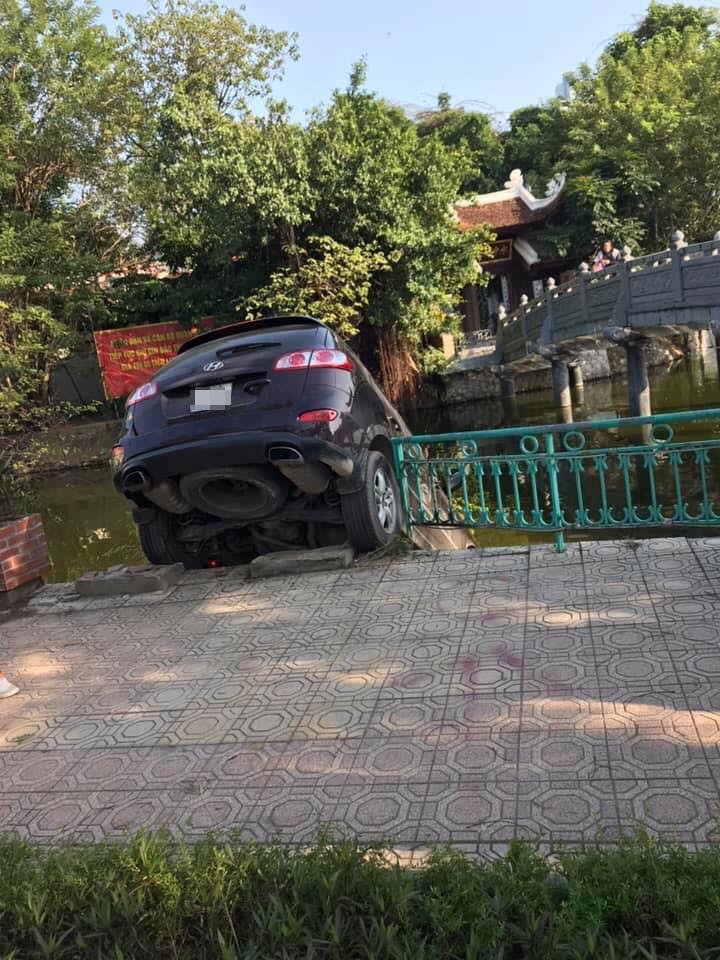 Chiếc Hyundai Santa Fe lao xuống hồ Trúc Bạch