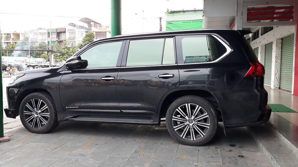 Lexus LX570 Super Sport 2018 tại Cần Thơ mang ngoại thất đen bóng
