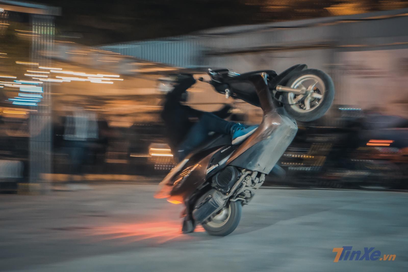 Và không chỉ mô tô, các stunter còn biểu diễn kĩ năng của mình thậm chí với Ninja LEAD