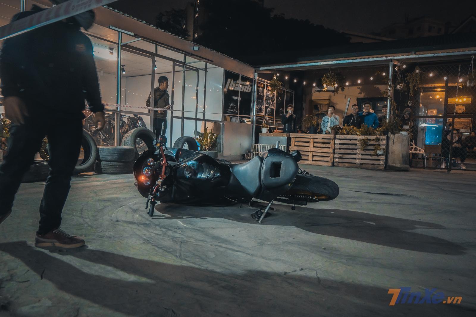 Chiếc xe Kawasaki Ninja 250 được hoán cải lại để phù hợp với việc Stunt