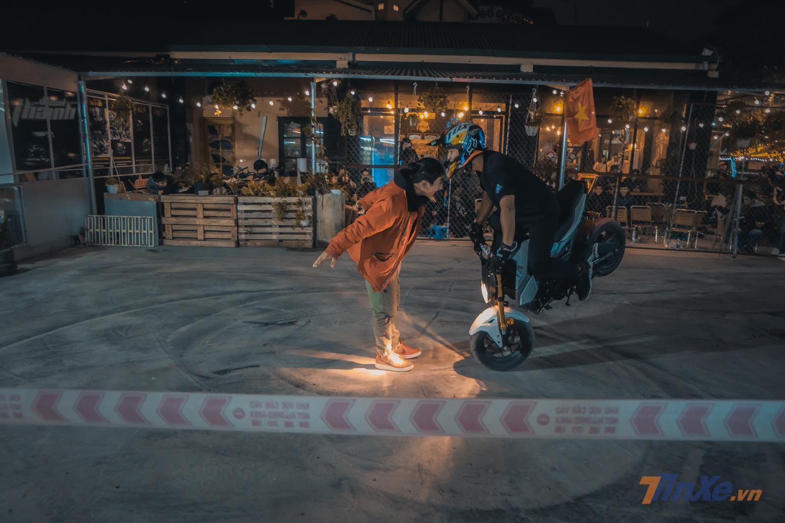 Một trong những pha Stoppie đẹp nhất buổi diễn được thực hiện bởi nhà vô địch Motul Stunt Việt Nam