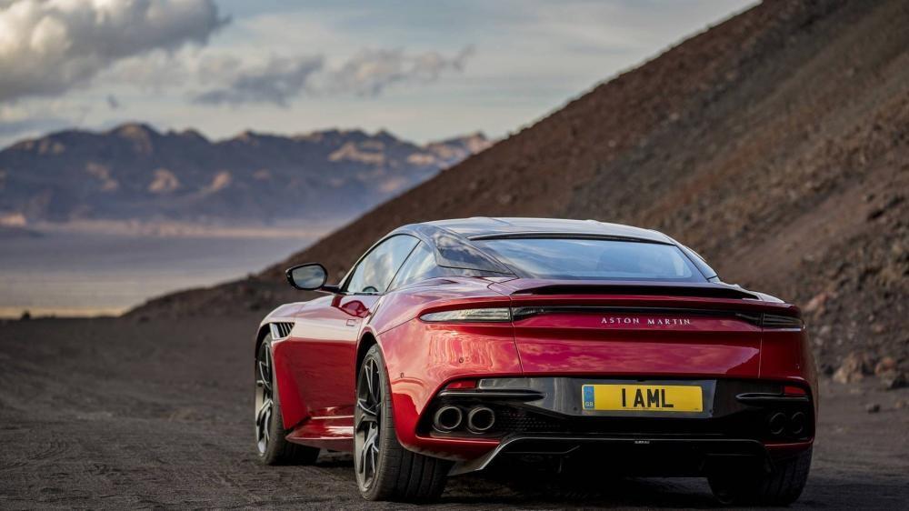 Đuôi xe với dòng chữ Aston Martin thay cho logo hình đôi cánh