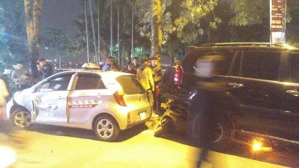 Chiếc taxi bị Lexus GX lùi đâm trúng