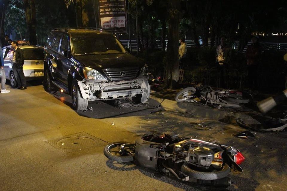 Chiếc Lexus GX bị biến dạng đầu xe sau khi gây tai nạn liên hoàn