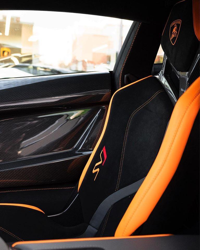 Nội thất đầy nổi bật trên Lamborghini Aventador SVJ tại Canada