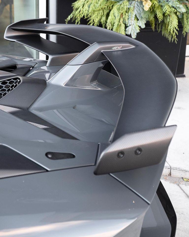 Ngoài ra, còn có nhiều chi tiết bằng sợi carbon nhám