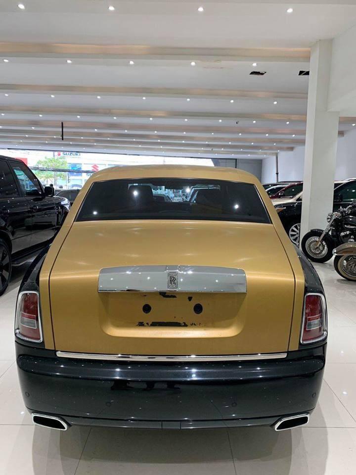 Rolls-Royce Phantom Series II đang được rao bán tại một siêu thị ô tô ở Sài thành có ngoại thất sơn màu đen đi kèm các chi tiết sơn màu vàng đồng nổi bật