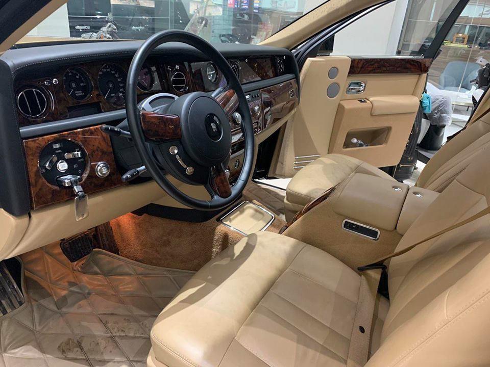 Nội thất của chiếc xe siêu sang Rolls-Royce Phantom Series II đang được rao bán tại một siêu thị ô tô ở Sài thành