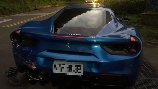 Chiếc Ferrari 488 GTB màu xanh bị hư hỏng đuôi xe