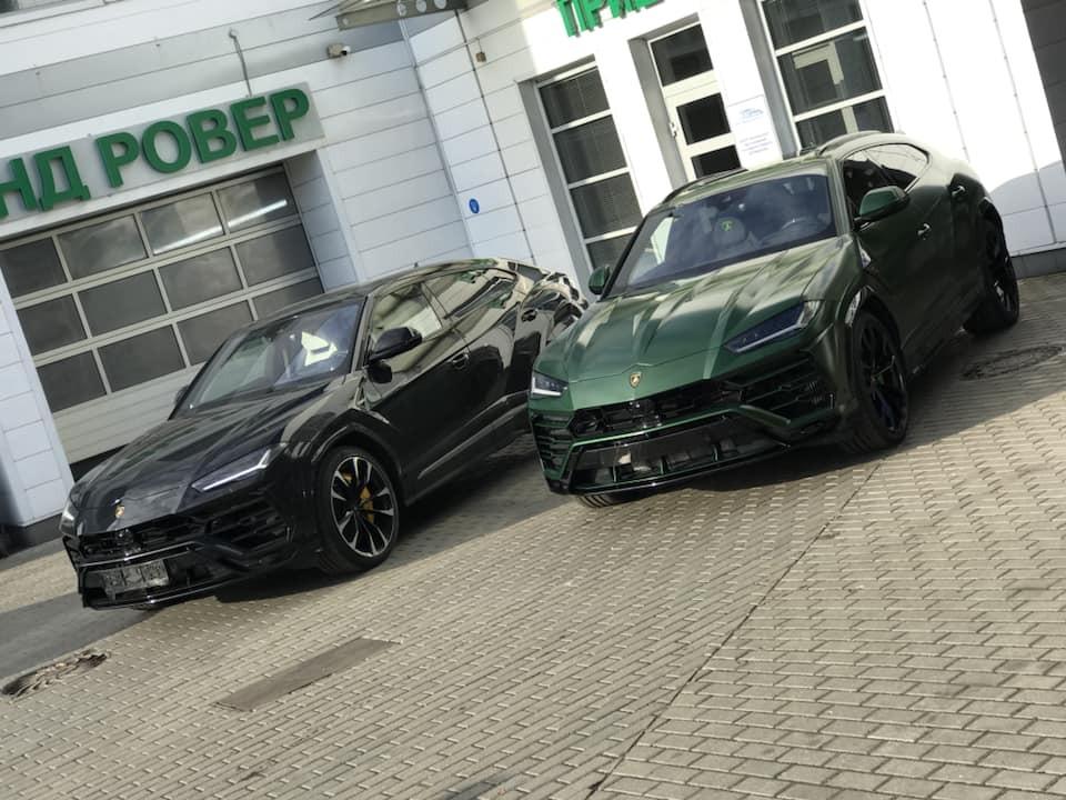 Lamborghini Urus màu sơn xanh Verde Hebe đọ dáng cùng 1 chiếc mang màu đen