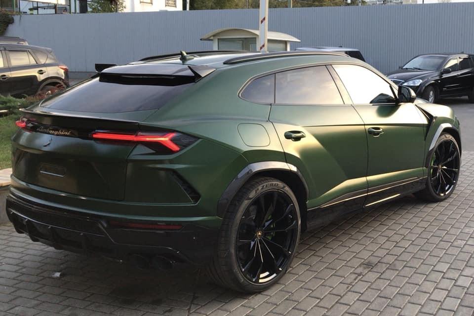 Nẹp sườn, cản va sau chiếc Lamborghini Urus này thay mới bằng sợi carbon