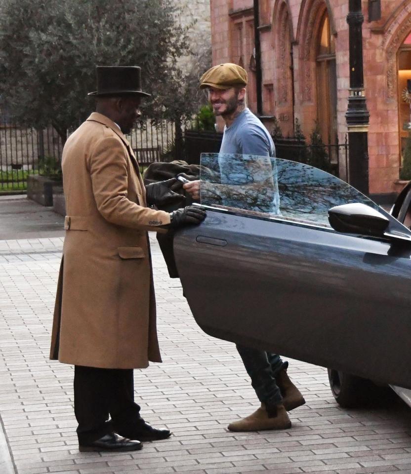 David Beckham vui vẻ đứng nói chuyện với nhân viên đỗ xe cùa khách sạn