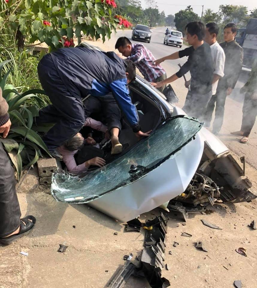 Người dân hỗ trợ đưa nạn nhân đi cấp cứu tại bệnh viện