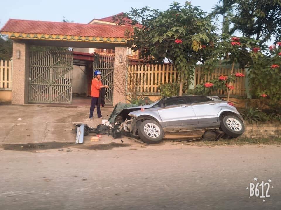 Chiếc Ford EcoSport nằm dưới cống trước cửa một ngôi nhà
