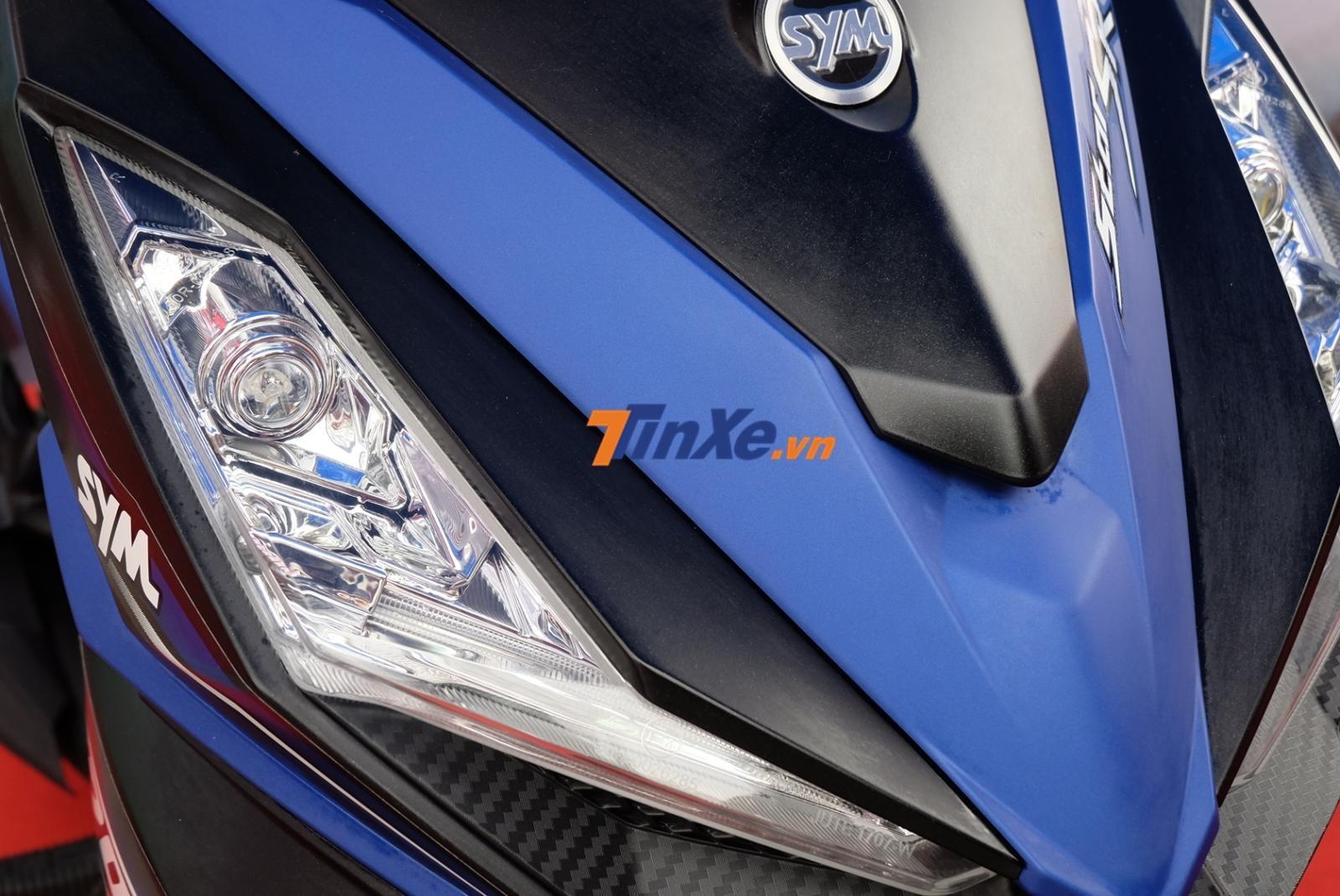 Đèn định vị và xi-nhan được tích hợp luôn vào bên trong mặt nạ tạo vẻ khoẻ khoắn cho xe