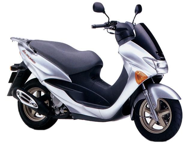 Chiếc xe máy điện có thiết kế khá giống với Suzuki Avenis sử dụng mặt đèn Honda Airblade