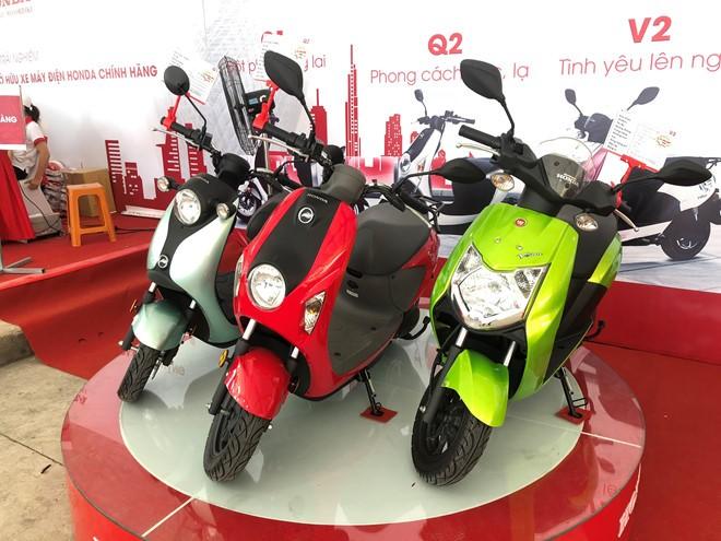 Những chiếc xe máy điện mang tên Honda cùng logo của một vài hãng xe điện Trung Quốc khác