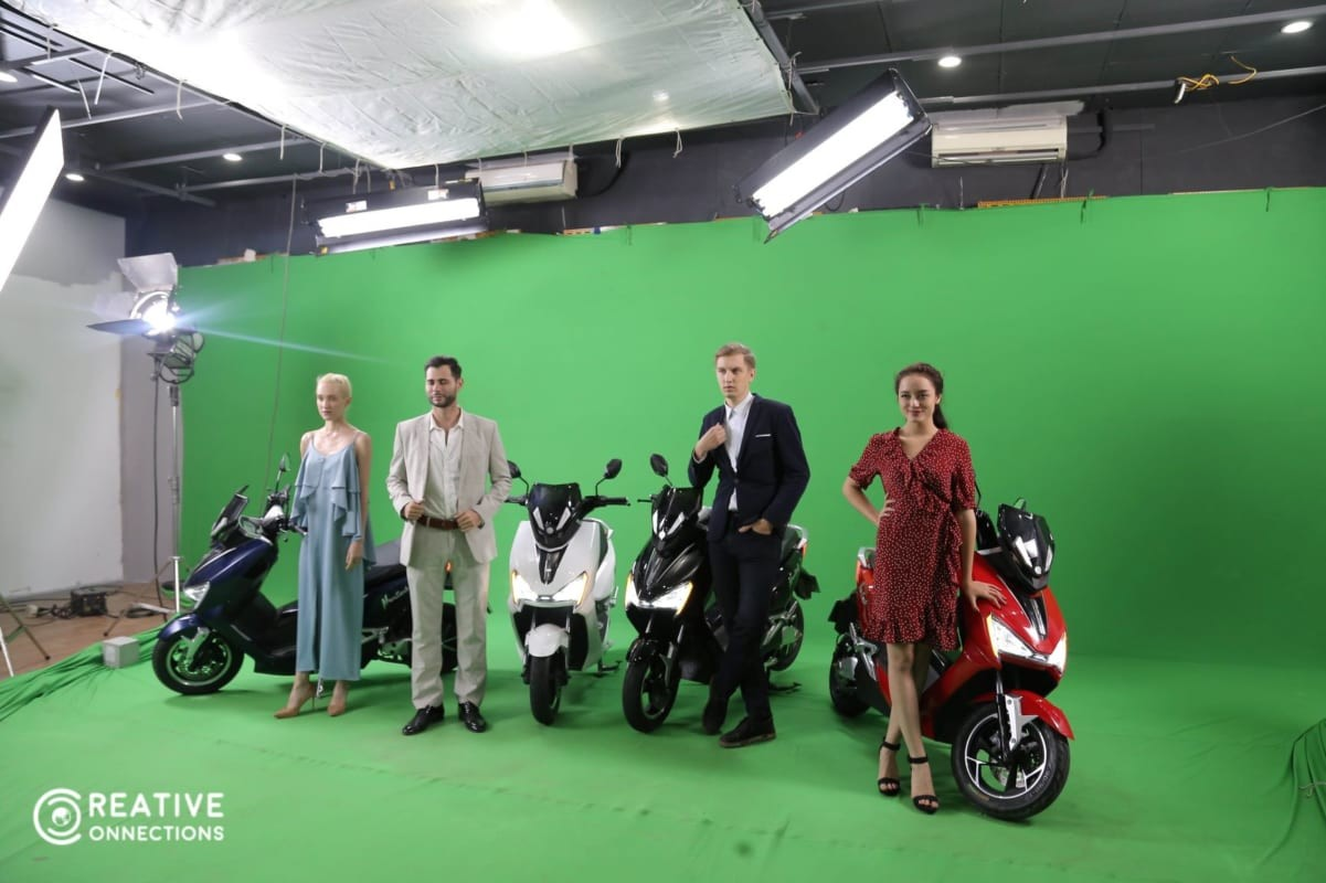 Hình ảnh những chiếc xe máy điện chụp hình cùng mẫu Tây trong studio