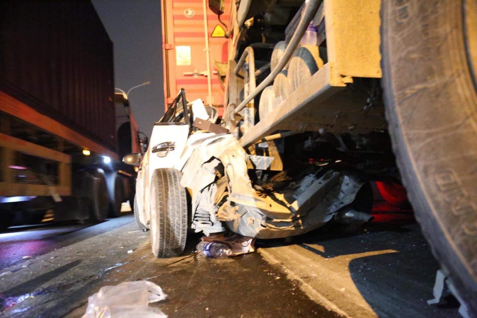 Chiếc Toyota Yaris biến dạng hoàn toàn sau vụ tai nạn liên hoàn