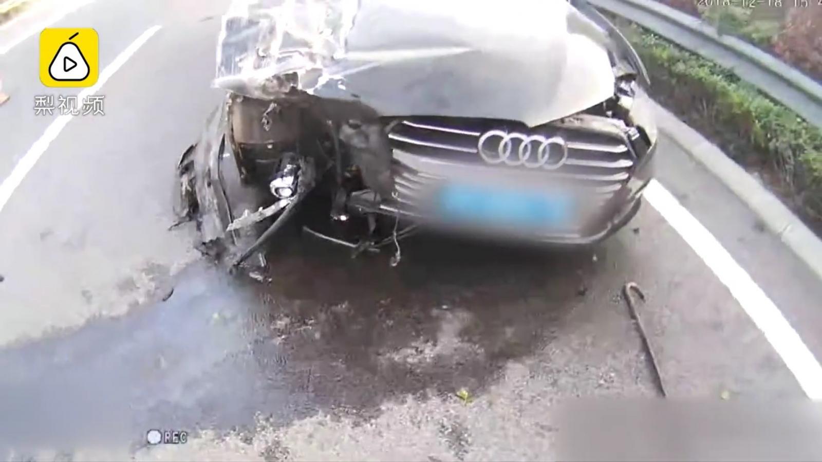 Chiếc xe sang Audi bị hỏng nặng sau vụ tai nạn
