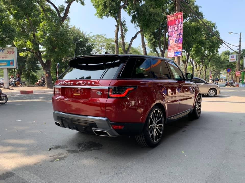 Range Rover Sport HSE đời 2018 đầu tiên cập bến dải đất hình chữ Smang màu sơn đỏ nổi bật