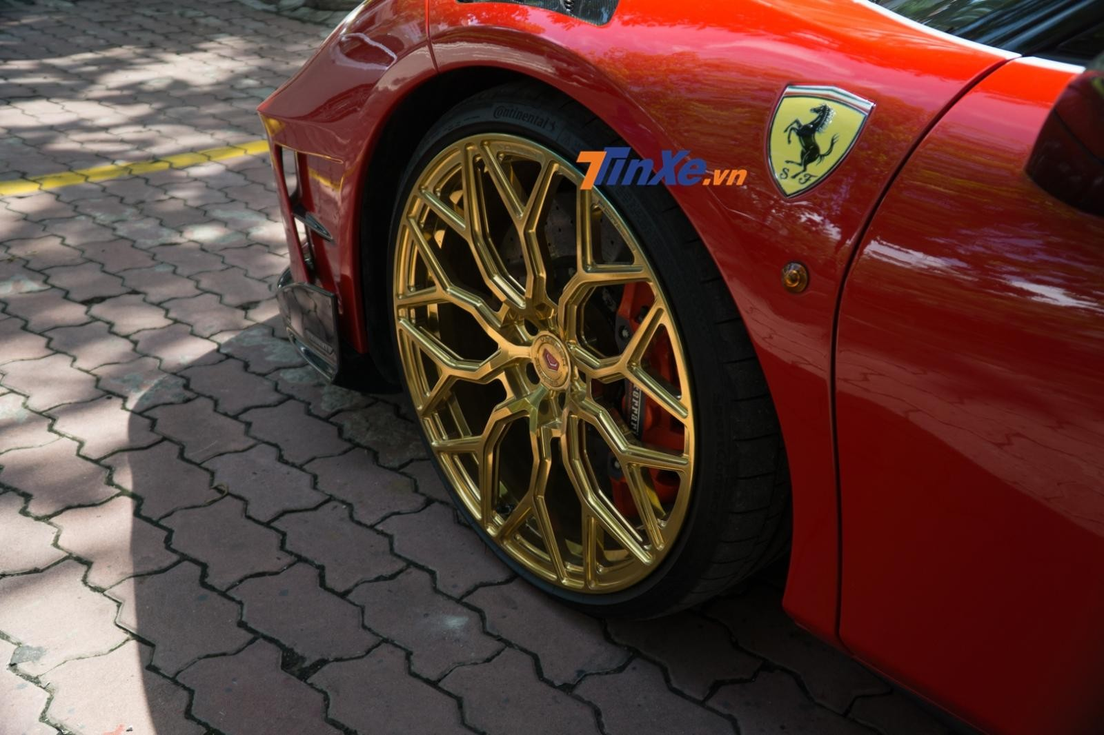 Chủ nhân của chiếc Ferrari 488 GTB mang 2 gói độ Mansory và Pogea Racing lựa chọn màu vàng Gloss