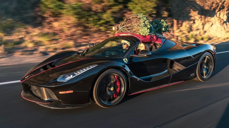 Nữ đại gia Mỹ cầm lái chiếc siêu xe Ferrari LaFerrari Aperta chở cây thông Noel về nhà