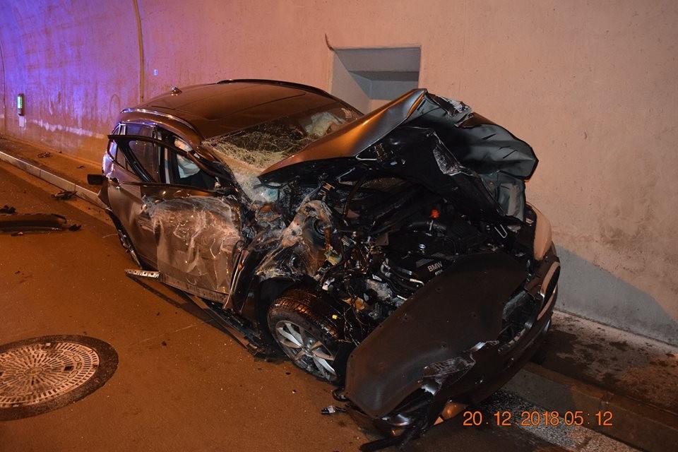 Chiếc SUV hạng sang BMW bị vò nát sau vụ tai nạn