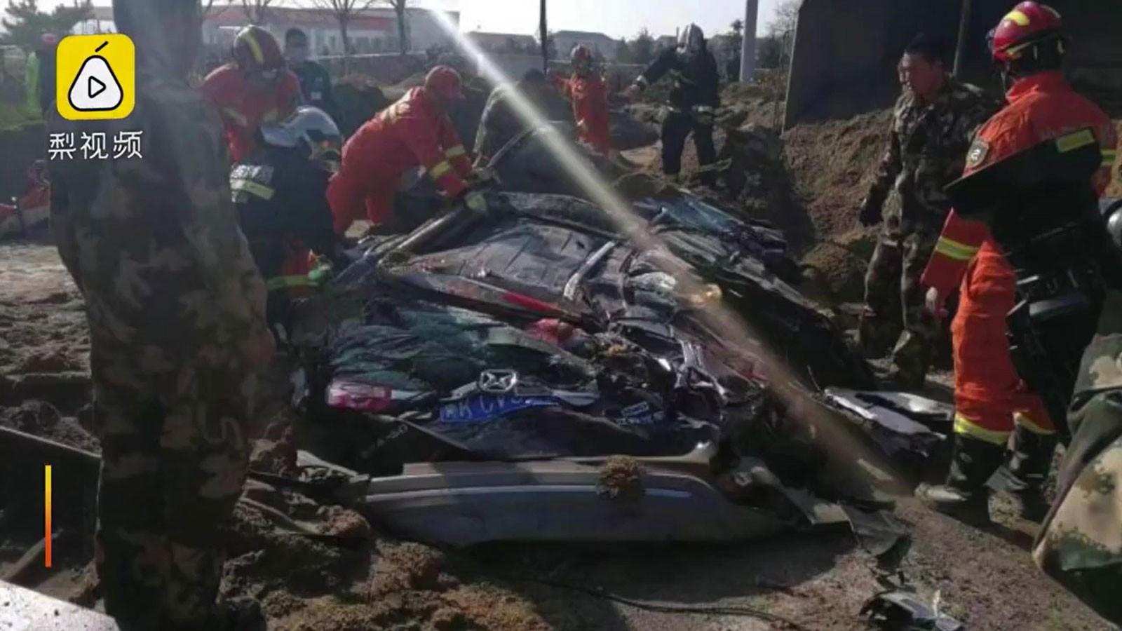 Chiếc SUV biến dạng hoàn toàn sau vụ tai nạn