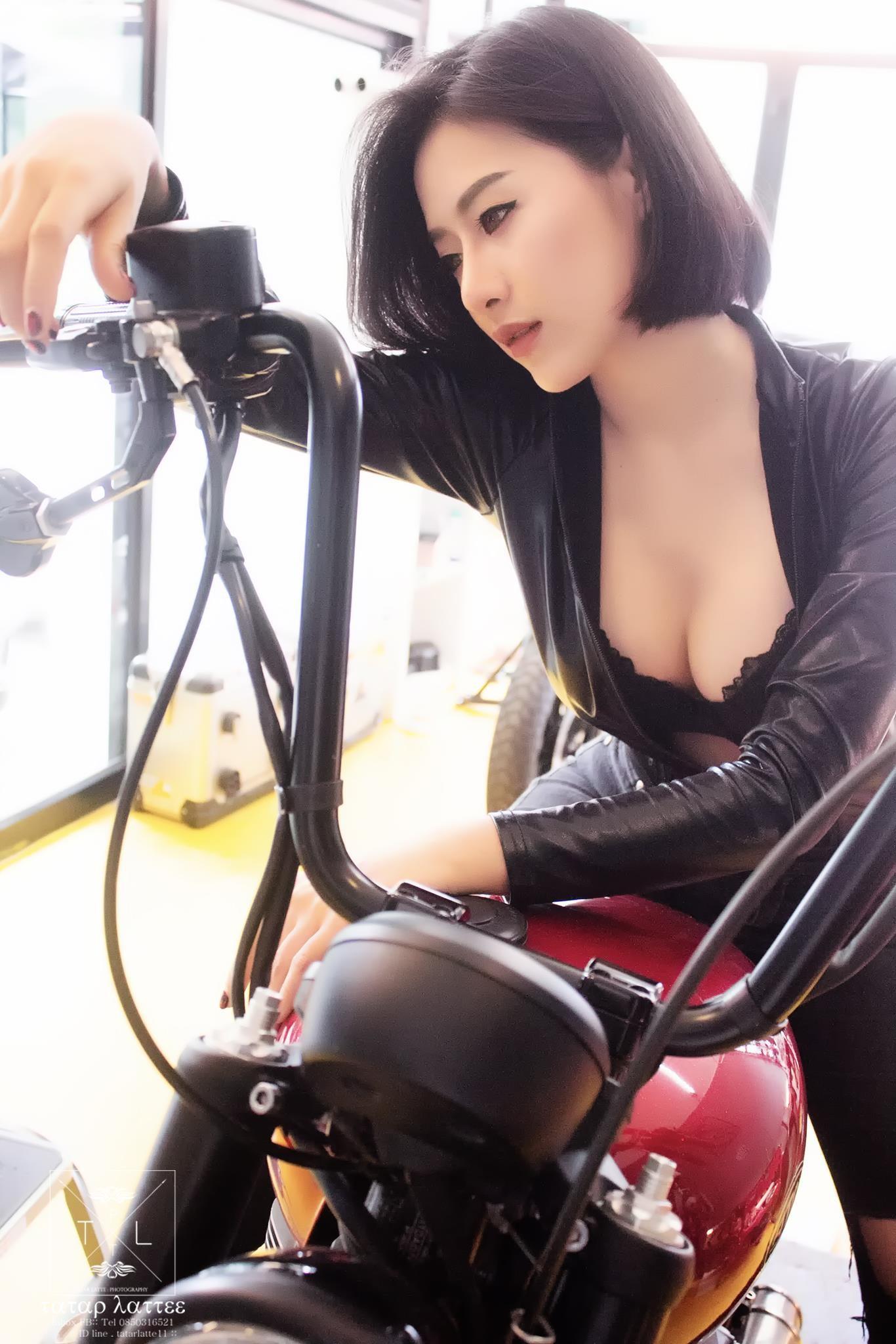 """Nữ biker """"vô tình"""" lộ vòng 1 nóng bỏng trong khi kiểm tra mô tô - 2"""