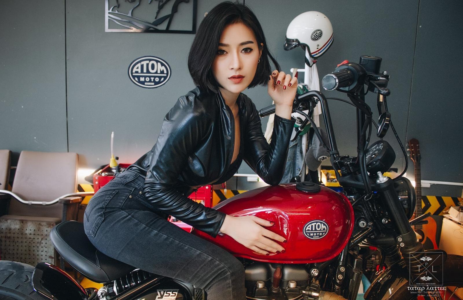"""Nữ biker """"vô tình"""" lộ vòng 1 nóng bỏng trong khi kiểm tra mô tô - 16"""