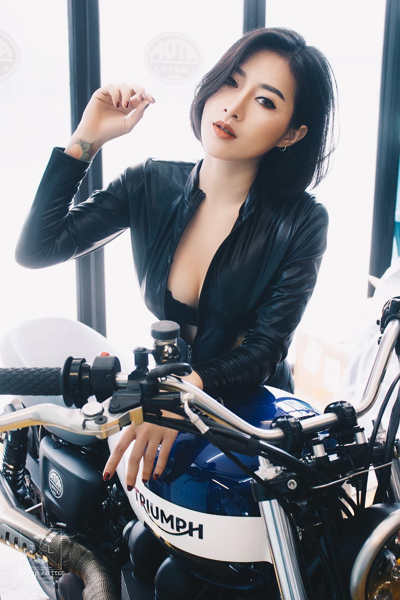 """Nữ biker """"vô tình"""" lộ vòng 1 nóng bỏng trong khi kiểm tra mô tô - 4"""