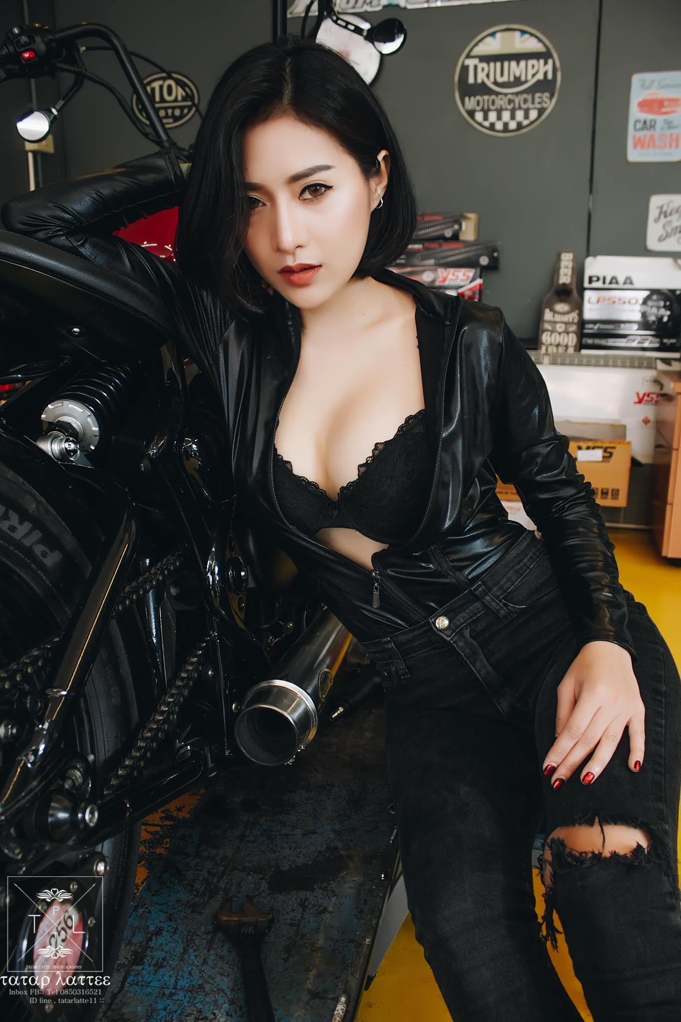 """Nữ biker """"vô tình"""" lộ vòng 1 nóng bỏng trong khi kiểm tra mô tô - 3"""