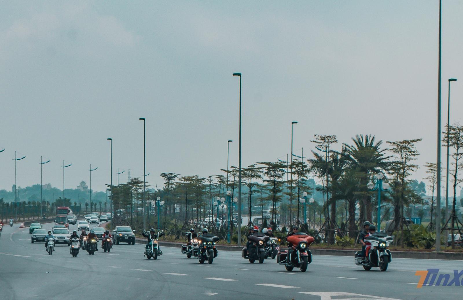 Đoàn xe bạc tỷ di chuyển theo đoạn đường qua cầu Đông Trù