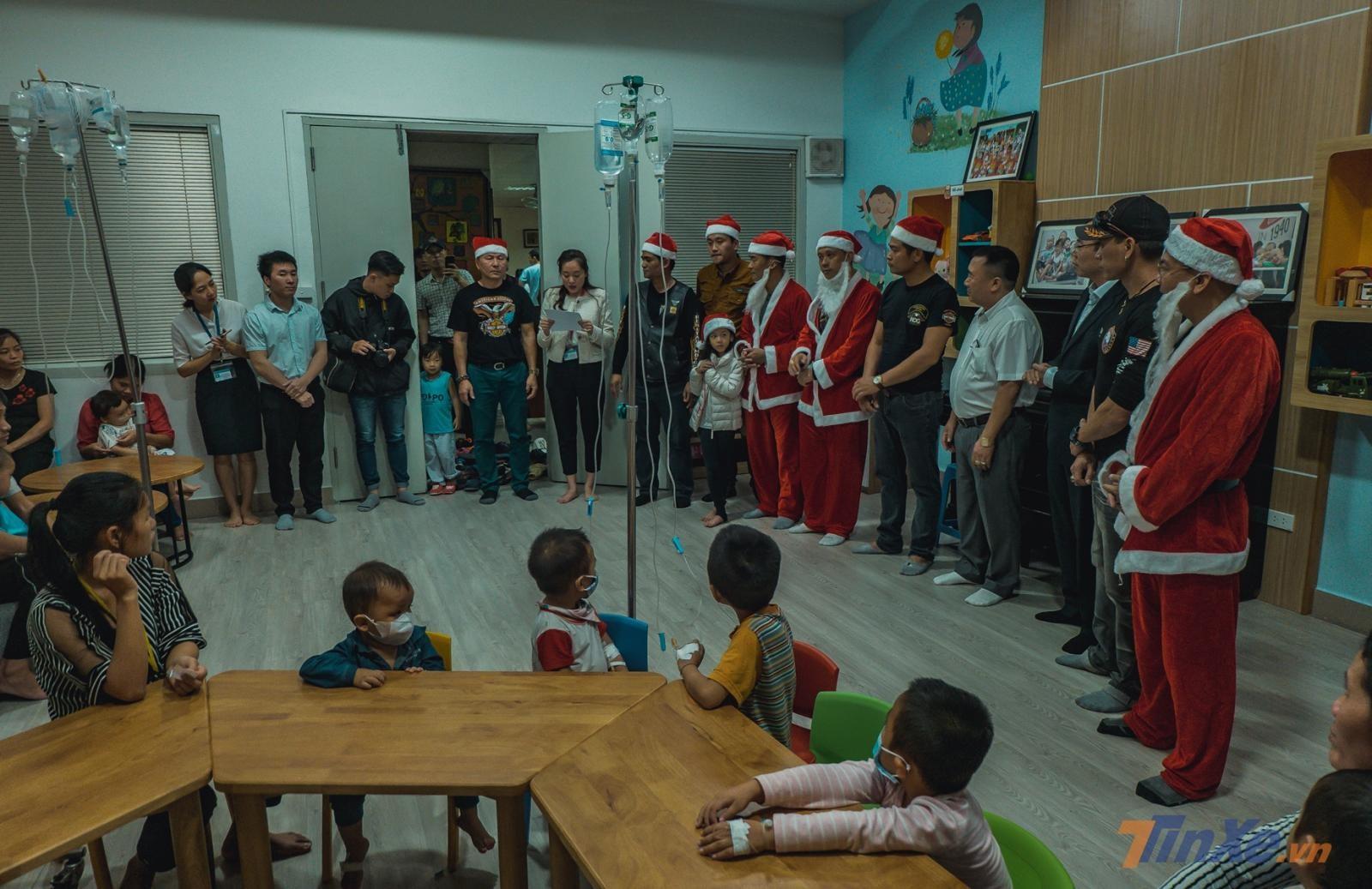 Tiến vào bên trong, các Santa của Harley đã vào giao lưu với hàng chục bé có hoàn cảnh đặc biệt tại viện