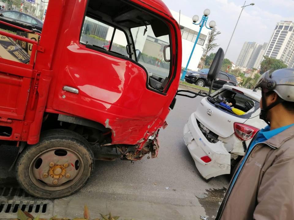 Chiếc xe cứu hỏa bị hỏng đáng kể sau vụ tai nạn liên hoàn