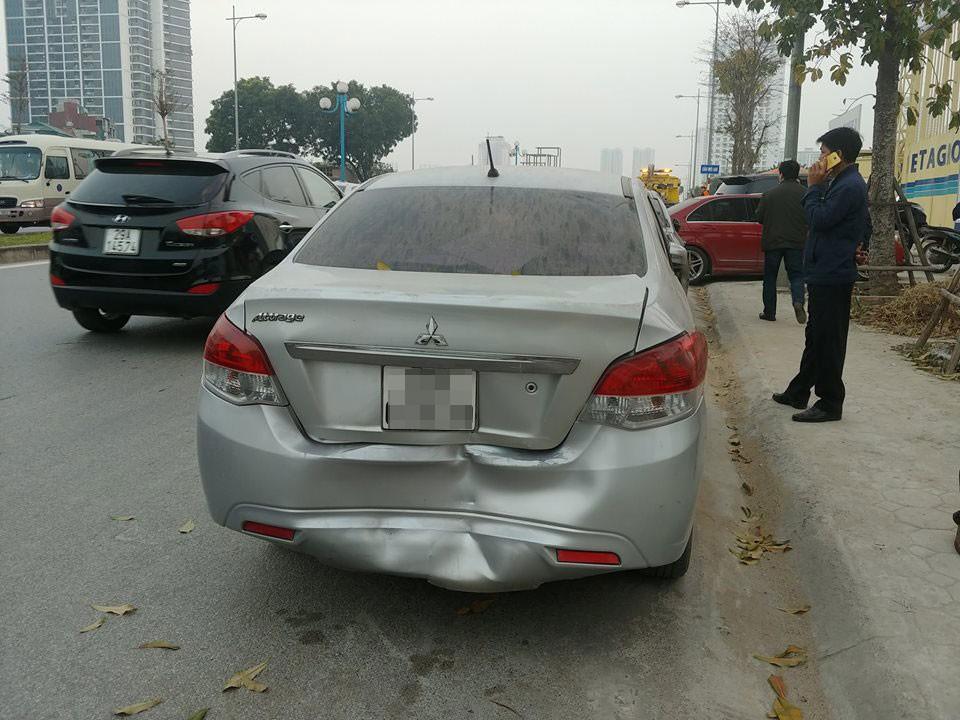 Chiếc Mitsubishi Attrage bị bẹp dúm đuôi xe