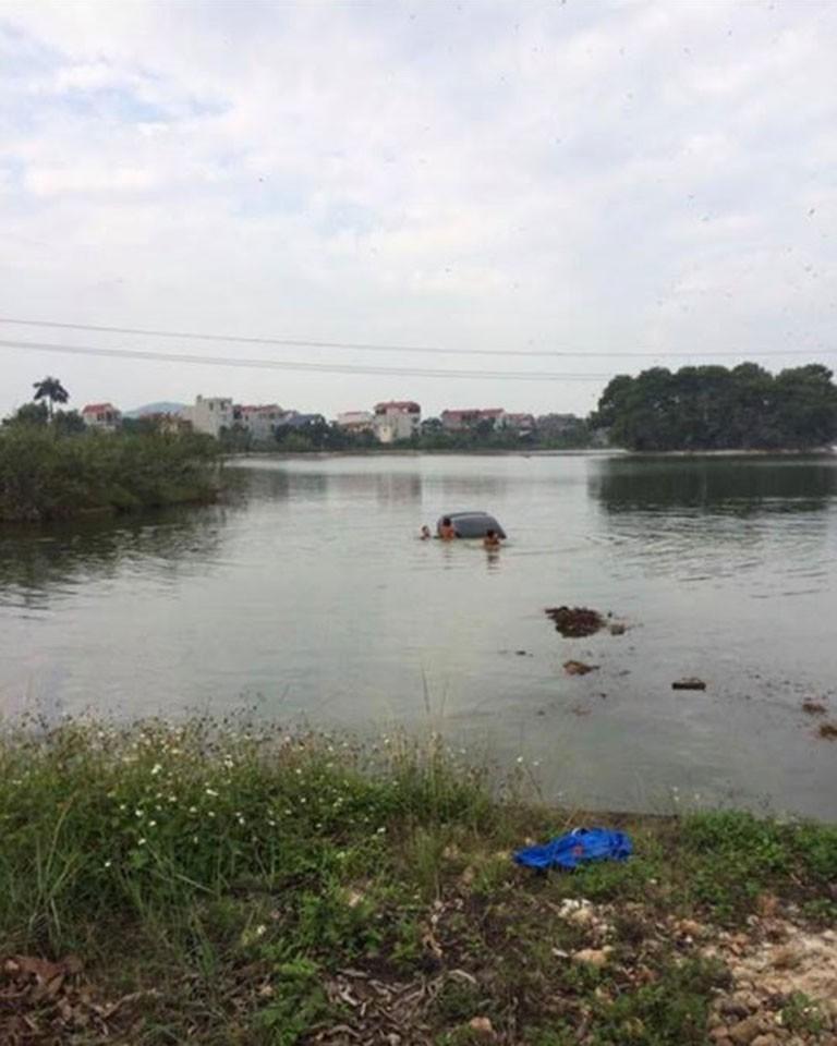 Chiếc ô tô màu đen lao xuống hồ tại Bắc Giang