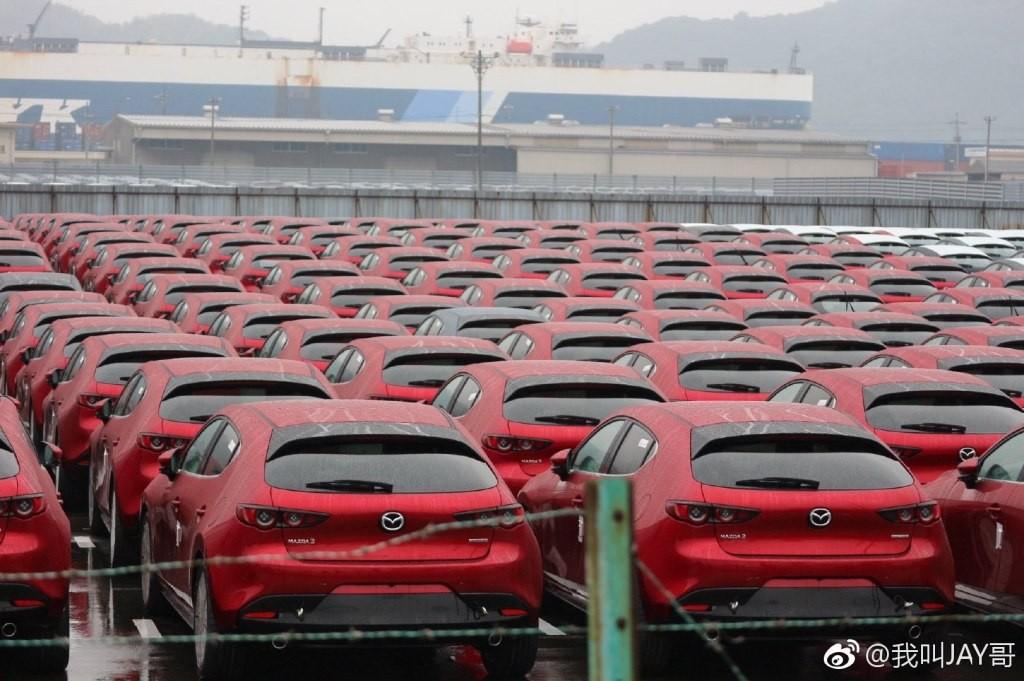 Dàn xe Mazda3 2019 xếp hàng tại cảng ở Nhật Bản để chờ xuất khẩu