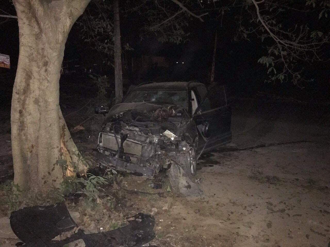 Chiếc Zotye Z8 đâm vào gốc cây bên đường